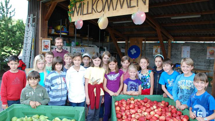 Die 18 Schülerinnen und Schüler mit Kiloweisen Birnen und Äpfel