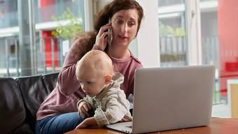 Gute Rahmenbedingungen für berufstätige Eltern: eine von sechs Forderungen der SP-Bundeshausfraktion zur Gleichstellung für die kommende Legislatur. (Themenbild)