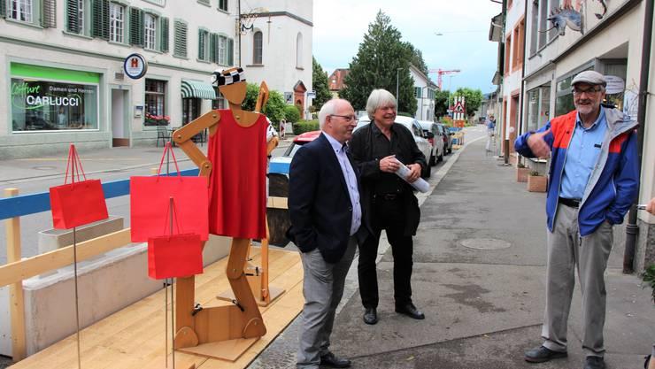 In der Schwertgasse in Bad Zurzach werden temporär erste Ideen aus dem Fleckenkonzept erprobt. Josef Haus, Theo Schneider und Fleckenammann Bernhard Scheuber vor dem erweiterten Schaufenster von Linea Franca.