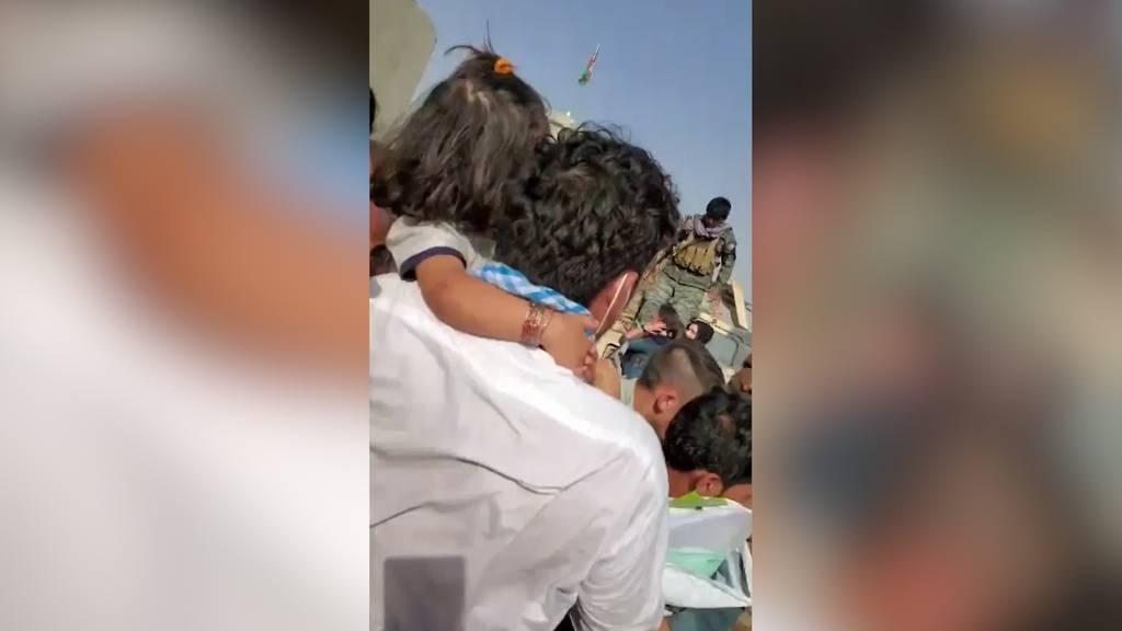 Schüsse und Peitschenhiebe: Lage am Flughafen von Kabul droht zu eskalieren