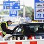 Bundespolizisten prüfen am Zoll in Weil am Rhein am vergangenen Samstag ein Auto das aus der Schweiz nach Deutschland einreisen will.