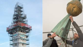 Die Kirchturmspitze mit der goldenen Kugel werden in der Höhe abmontiert.
