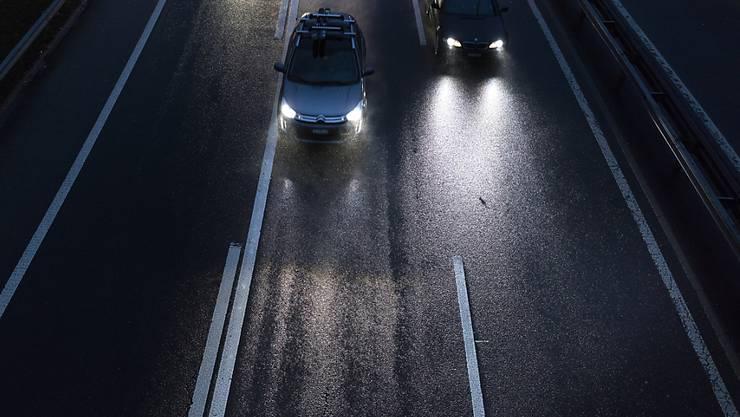 Bei der Ausfahrt Goldau filmte ein Fahrlehrer mit seiner Dash-Cam ein Auto, das ihn rechts überholte - die Aufzeichnungen dürfen als Beweis nicht verwertet werden. (Symbolbild)