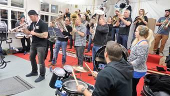 Die Guggenmusik Schnadehüdeler aus Niederwil