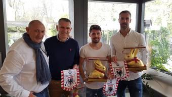 Für die Gäste gabs einen Wimpel und einen riesigen Schoggihasen: Silvan Schertenleib, Präsident der Sponsorenvereinigung FC Aarau, mit Petar Aleksandrov, Gianluca Frontino und Stefan Maierhofer (von links).