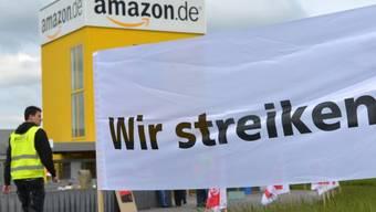 Amazon-Arbeiter vor dem Logistik-Zentrum in Bad Hersfeld (Archiv)