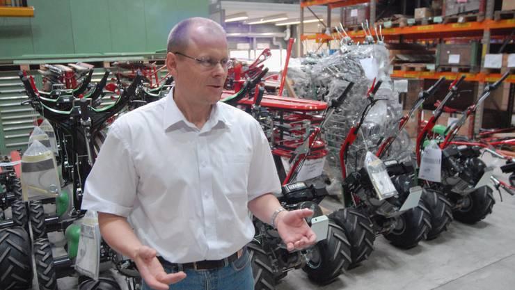 Rolf Schaffner erläutert vor auslieferungsbereiten Rapid-Einachsern die Fabrikationsanlage. (Walter Schwager)
