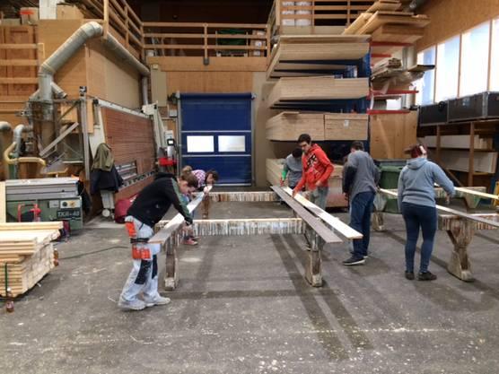 ... engagiert sich auch die Pfadi Gösgen: 15 Pfadileiter malten in den Weihnachtsferien die Holzlatten für die Fassade des Pfadiheims an.
