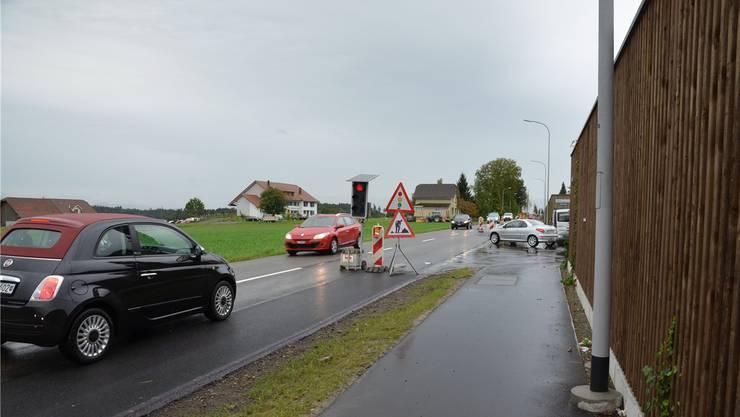Eine Lichtsignalanlage behindert den Verkehr auf der Kantonsstrasse.