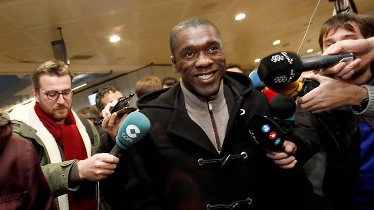 Clarence Seedorf wird in Spanien am Flughafen von den Medien empfangen