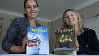 Der «Tiptopf» im Wandel der Zeit: 2011 wurde das zweimillionste Exemplar ausgeliefert. Hier präsentieren Ex-Miss-Schweiz Amanda Ammann (links) und Alexandra Schibler vom Schulverlag Plus zwei Versionen des Kochbuchs.