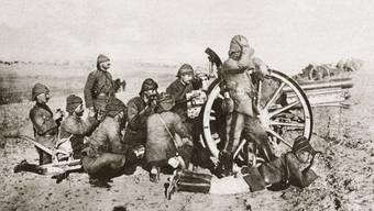 Schweres Geschütz: In der Schlacht von Gallipoli verteidigen türkische Artilleristen    1915 ihr Land gegen die Entente-Mächte Vereinigtes Königreich, Frankreich und Russland.