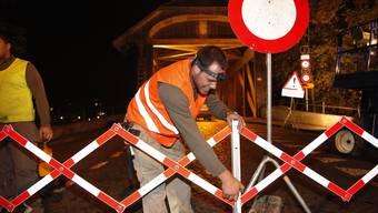 Die Holzbrücke wird wegen der Reparaturarbeiten gesperrt.