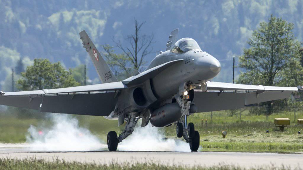 Bis zur Brevetierung als Militärpilot dauert es künftig weniger lang. Ein F/A-18-Jet bei der Landung auf dem Militärflugplatz Unterbach in Meiringen. (Archivbild)