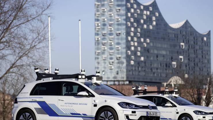 Fünf selbstfahrende Elektro-Autos von Volkswagen sind für einen Test in Hamburg unterwegs.