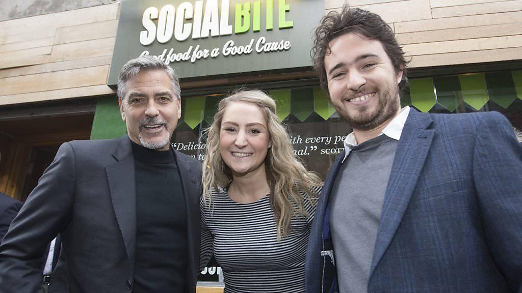George Clooney (l.) mit «Social Bite»-Gründer Josh Littlejohn (r) und einer Bewundererin.