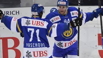Claude-Curdin Paschoud (links) und Drew Shore jubeln über den zweiten Davoser Treffer gegen Jekaterinburg
