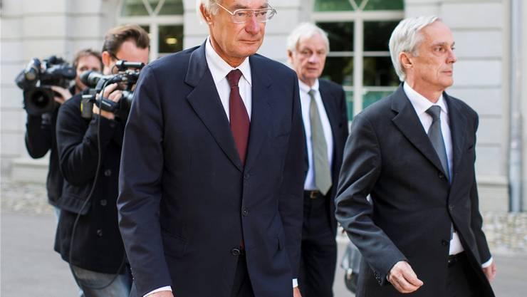Verfolgt von Fernsehkameras vor dem Zürcher Obergericht: Rolf Erb auf dem Weg zum am Montag eröffneten Berufungsprozess, begleitet von seinen Anwälten Adrian Klemm und Lorenz Erni (von links). Keystone