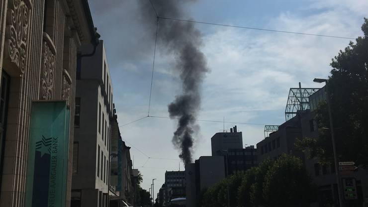 Die Rauchsäule ist weit über Aarau hinaus sichtbar