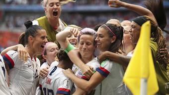 Die Amerikanerinnen feiern ihre erfolgreiche Titelverteidigung