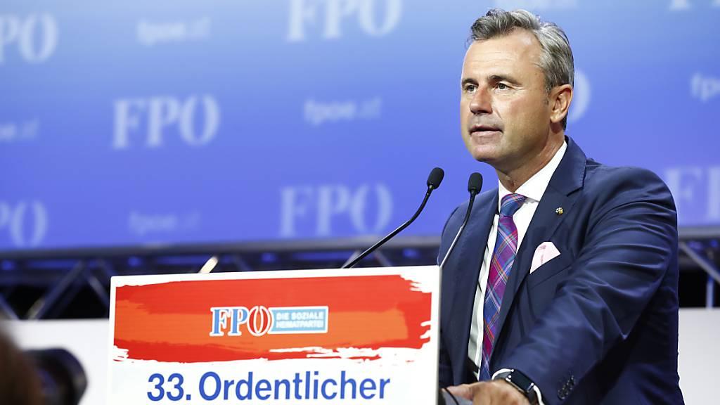 Zwei Wochen vor der Nationalratswahl in Österreich ist Norbert Hofer zum neuen Parteivorsitzenden der rechten FPÖ gewählt worden. Hofer galt bisher als moderates Gesicht der Partei, Kritiker vermuteten in ihm aber auch immer wieder den sogenannten Wolf im Schafspelz.