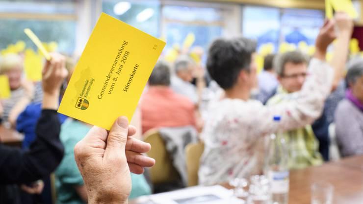 Kandersteger Stimmberechtigte an der Olympia-Gemeindeversammlung.