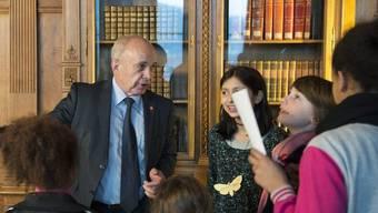 Bundespräsident Ueli Maurer zeigt den Besuchern an der Museumsnacht das Bundesratszimmer