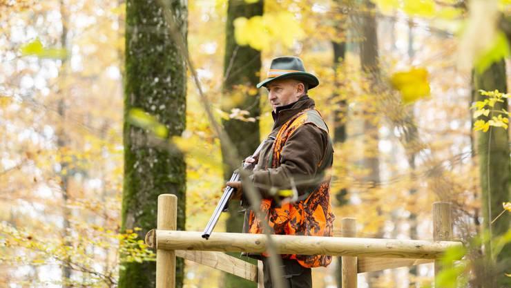 Jäger Thomas Laube ist als Gast mit dabei auf der Jagd im Wald bei Schinznach-Dorf. Wie alle Jäger arbeitet er ehrenamtlich.