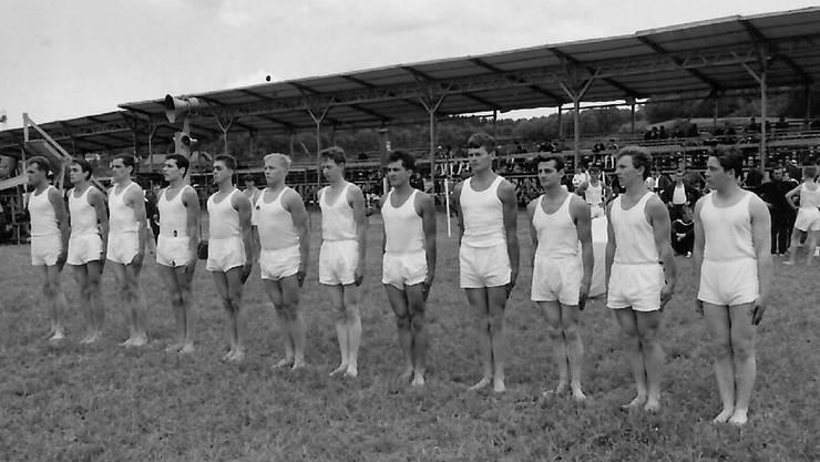 Der Turnverein Arni feiert seinen 75. Geburtstag. Auf dem Bild sieht man die Turner bei der Aufstellung an einem Turnfest ca. im Jahr 1960.