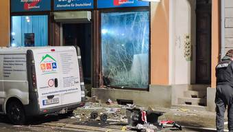 Drei Männer sind als Tatverdächtige des Anschlags auf das AfD-Büro im sächsischen Döbeln ermittelt.