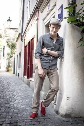 Er stand für George Clooney (in «Monuments Men») vor der Kamera und designt in seiner Freizeit Mode: Der Zürcher Schauspieler Joel Basman.