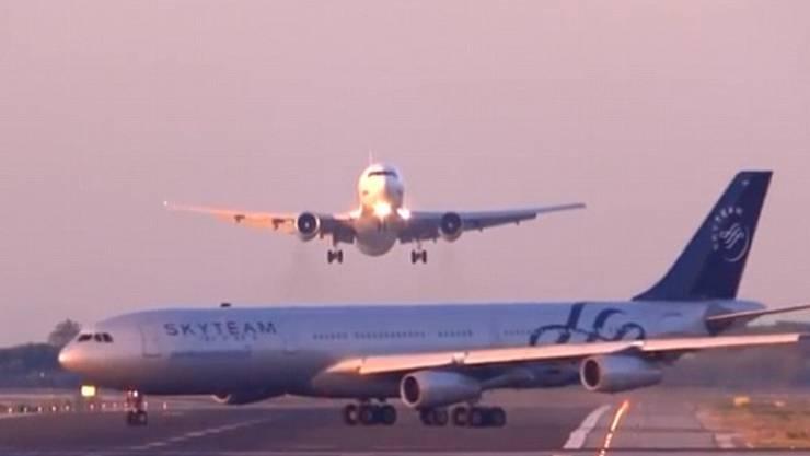 Der Pilot des Airbus A340 kann gerade noch durchstarten.