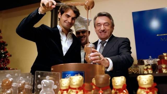Lindt-Chef Ernst Tanner (rechts) mit Roger Federer. Foto: Keystone
