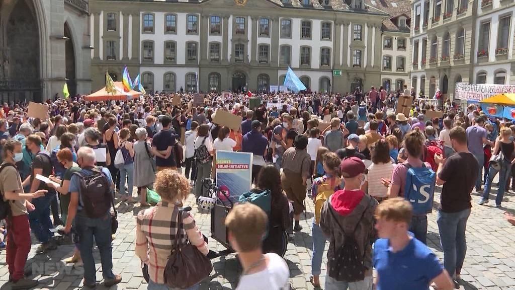 «Rise up for change»: 1'500 Personen demonstrieren auf dem Münsterplatz fürs Klima