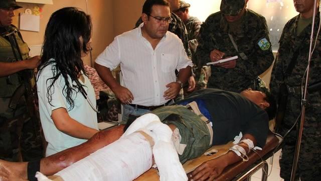 Verteidigungsminister Otarola bei Soldat, der bei der Suche nach den Geiseln verletzt wurde