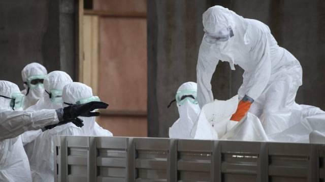 In Liberia schützen sich Krankenpfleger vor dem Ebola-Virus