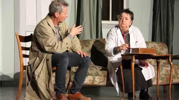 Clemens Borter als Inspektor Voss und Hedi Schmuki als Doktor von Zahnd.