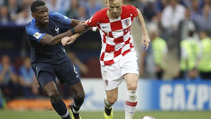 Ivan Rakitic (rechts) während des WM-Finals 2018 im Zweikampf mit Frankreichs Paul Pogba