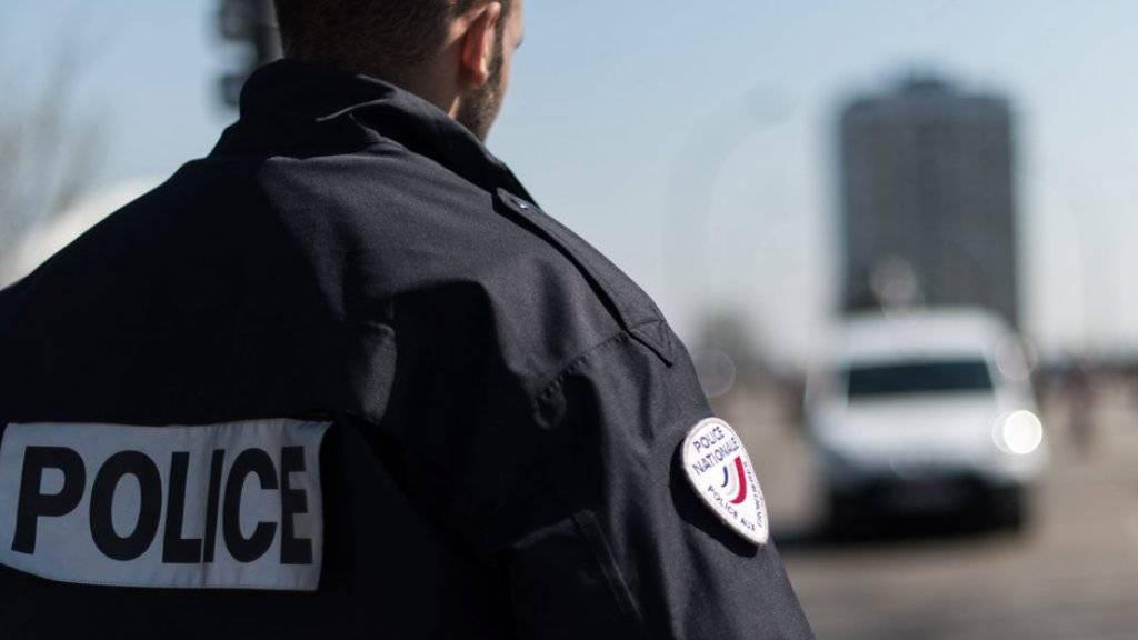 Die Polizei konnte den Autodieb nach einer kilometerlangen Verfolgungsjagd stoppen. Symbolbild)