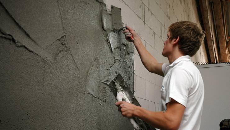 Ein Handwerker in Aktion – die Betriebe sind ausgelastet.