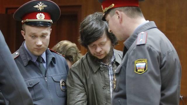 Polizisten bringen Konstantin Lebedev (Mitte) in den Gerichtssaal