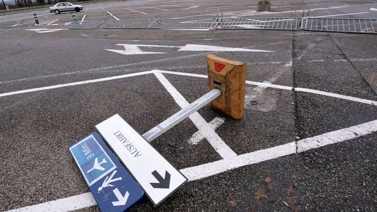 Umgewindete Absperrungen auf dem Parkplatz des Euro-Airports