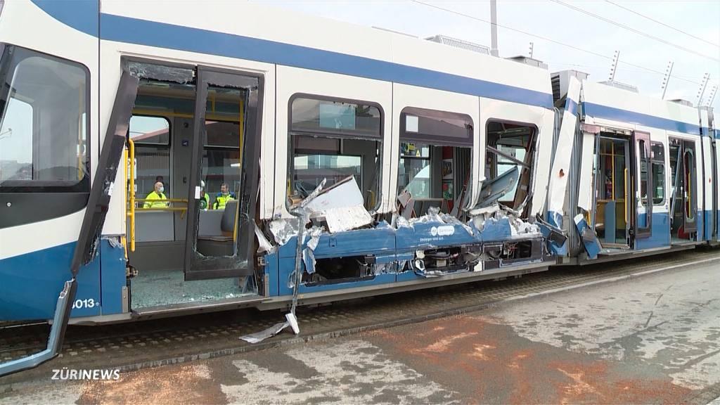 Tram seitlich «aufgeschlitzt»: 14 Verletzte nach Kollision mit LKW