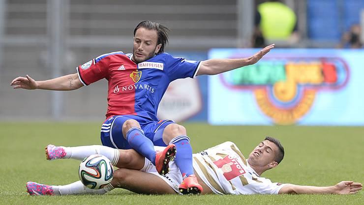 Der Basler Shkelzen Gashi, oben, im Kampf um den Ball gegen den Luzerner Remo Freuler.