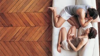 Was dieses junge Pärchen wohl gerade beredet? Beim «Update-Gespräch» für Paare gibt es klare Regeln. Thinkstock