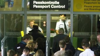 Bald wieder Schlangen bei der Passkontrolle? Die EU denkt laut über eine «temporäre» Errichtung der Ländergrenzen nach. (Archiv)