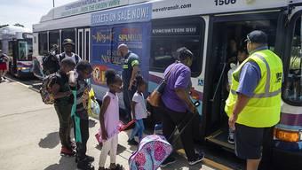 Familien steigen in einen Evakuierungsbus in der US-Stadt Raleigh im Bundesstaat North Carolina.