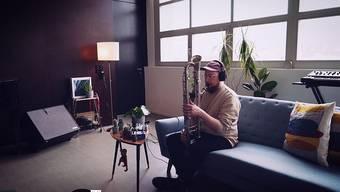 Das eigene Wohnzimmer ist die neue Bühne: Saxofonist Simon Spiess musiziert von seinem Sofa aus.