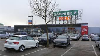 Auf diesem Parkplatz will Coop bis 2018 einen neuen Bau+Hobby-Markt realisieren. Unterirdisch soll eine zweigeschossige Tiefgarage entstehen.