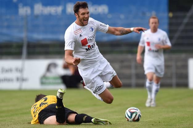 Kevin Pezzoni (oben, Wohlen) kam vom 1. FC Köln zu Wohlen. Wird gefoult von Mirko Fachinetti (unten, Schaffhausen).